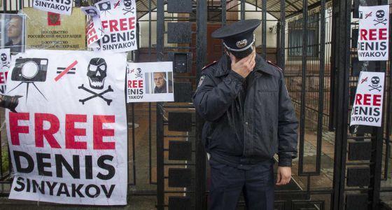 Embajada rusa en Ucrania durante la protesta el 27 de septiembre por la detención de 20 activistas de Greenpeace. / GLEB GARANICH (REUTERS)