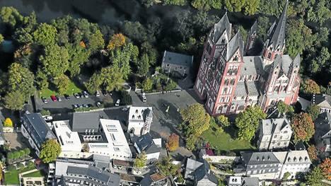 Vista. La catedral de Limburgo, junto al edificio episcopal que el obispo hizo remodelar a todo lujo. /REUTERS