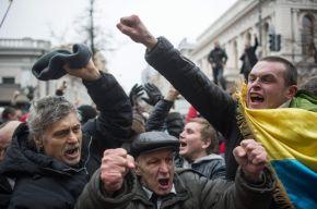 Los manifestantes celebran la destitución de Yanukóvich. / ALEXEY FURMAN (EFE)