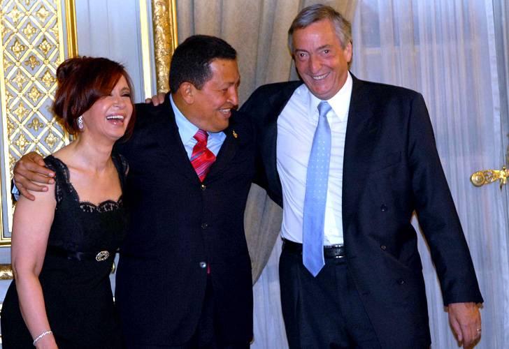 El presidente Nestor Kirchner y la presidenta electa, Cristina Fernandez de Kirchner, reciben el saludo del Presidente de Venezuela, Hugo Chavez | Telam, Dyn