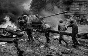 Jóvenes lanzan objetos a un tanque soviético