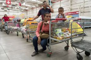 Gente en la fila de un supermercado de Caracas / JORGE SILVA (REUTERS)