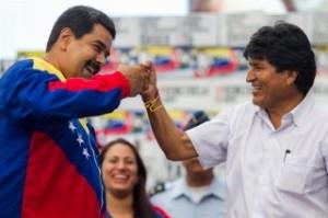 El presidente venezolano, Nicolás Maduro (i), y su homólogo boliviano, Evo Morales (d), participan en un acto hoy, jueves 9 de abril de 2015, en el Palacio de Miraflores de Caracas (Venezuela).