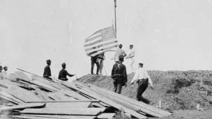 Izado de la bandera de EE.UU. en Guantánamo