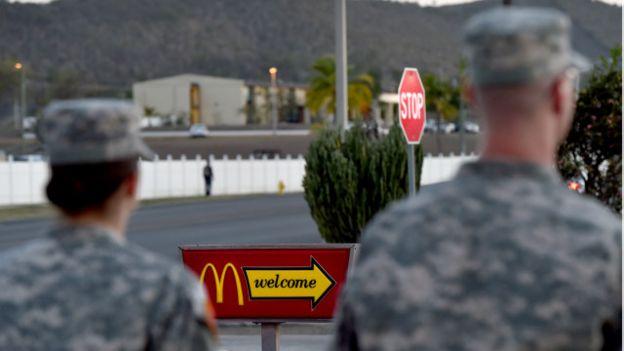 Dos soldados ante un cartel de McDonald's