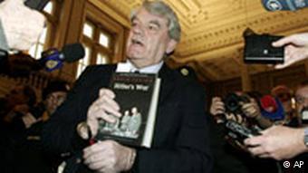 El historiador David Irving parado en la sala de un tribunal.