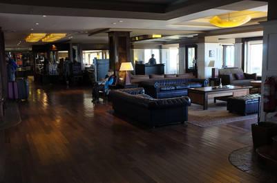 El lobby del Alto Calafate con poco movimiento. Foto Maxi Failla.