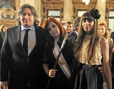 clarin.com Cristina Fernández de Kirchner y sus hijos, Máximo y Florencia.