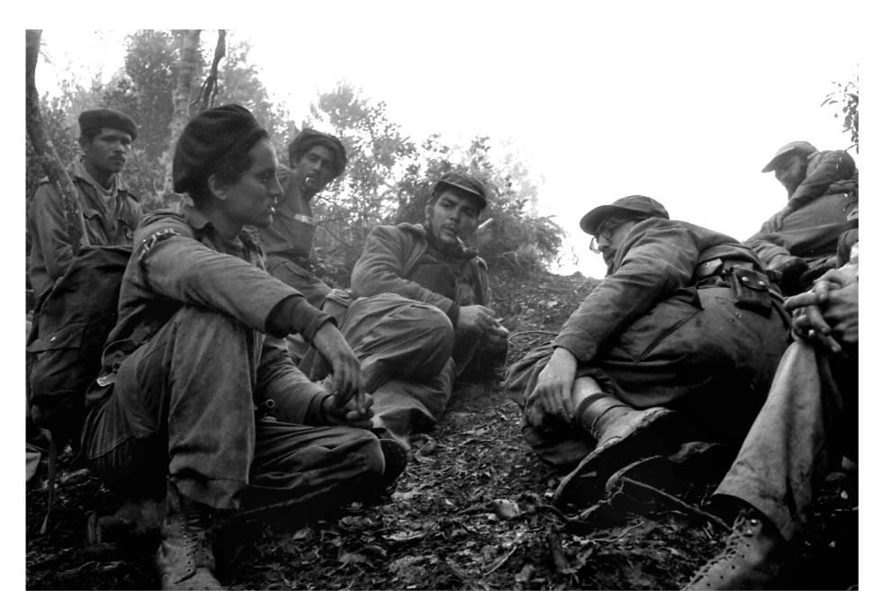 Guerrilleros en Sierra Maestra. Che Guevara (en el centro) y Fidel Castro, con gafas.