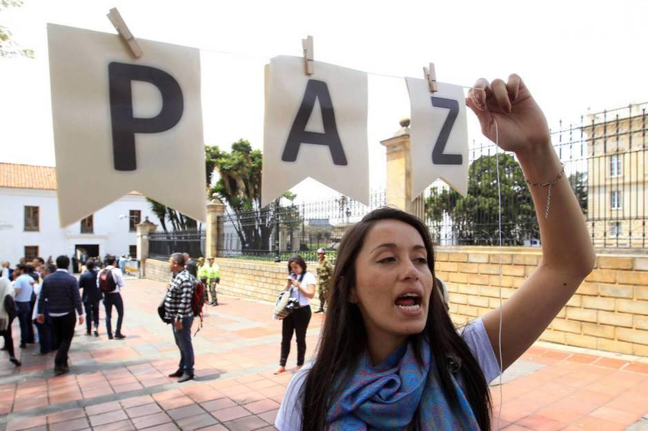 Un grupo de personas se manifiesta en favor de la paz en Bogotá, en octubre de 2016 (EFE)