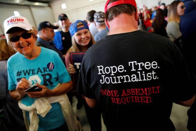 Partidarios de Trump muestran una camiseta instando al linchamiento de periodistas durante la campaña presidencial en Minneapolis, un día antes de las elecciones (Reuters)