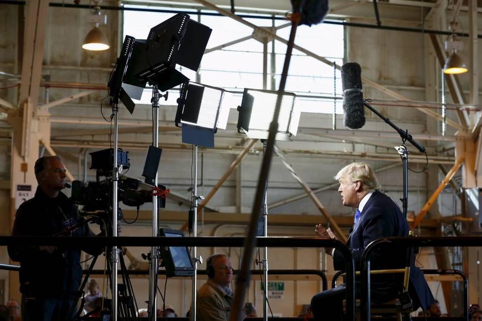 Donald Trump da una entrevista en Arizona a Bill O'Reilly de la cadena Fox News durante la campaña, en diciembre de 2015 (Reuters)