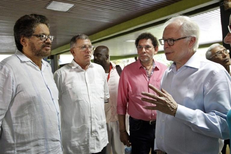 Bernard Aronson con los cabecillas terroristas de las FARC