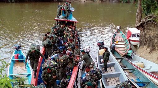 Miembros del Bloque Sur de las FARC se desmovilizan por el río Mecaya (Putumayo), este domingo
