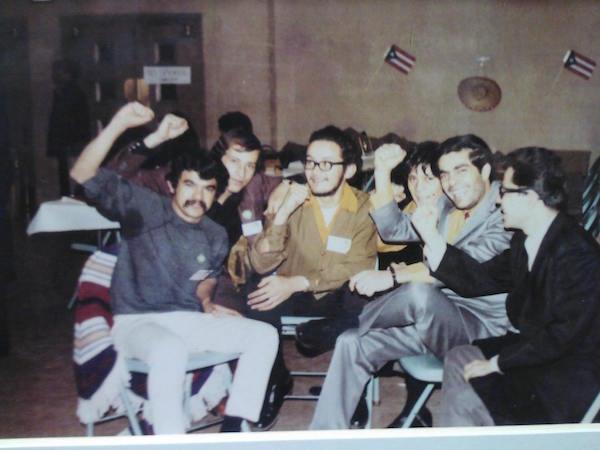Al momento de su detención, en mayo de 1981 Oscar López declaró ser combatiente en una guerra anti-colonial contra Estados Unidos para liberar a Puerto Rico de la dominación estadounidense. En la gráfica, primero a la Izq. junto a sus co-idearios durante su juventud. Foto tomada de Facebook Free óscar López Rivera Now.