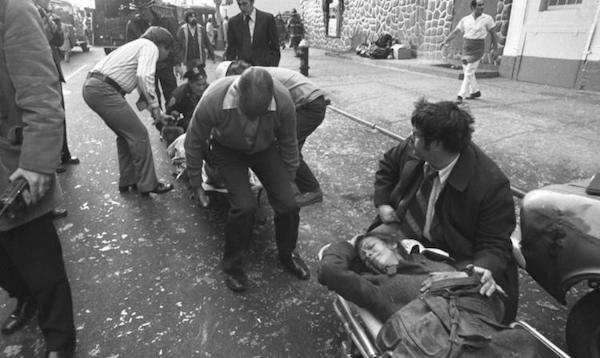 Gráfica publicada por el Daily News en enero 25 de 1975, cuando una bomba de las FALN destruyó la histórica Taverna Fraunces en la calle Pearl en Wall Street, hiriendo a cuarenta y tres personas y matando a cuatro, incluyendo al uruguayo Alejandre Berger.