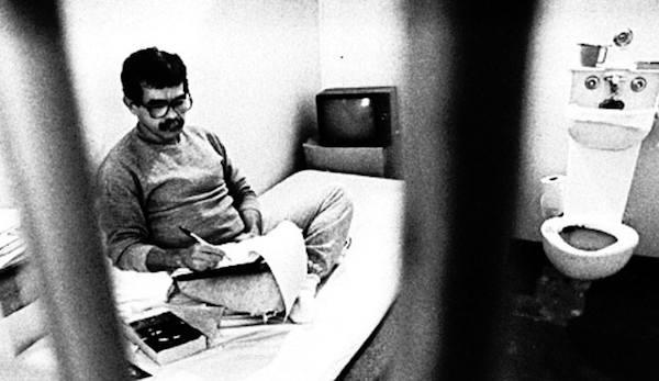 En la gráfica en su celda en 1988 Oscar López cumplía recién siete de los cincuenta y cinco años de prisión inicialmente dictados en su contra, a los que posteriormente se añadieron quince años por su intento de escape incitando a la violencia a sus seguidores.