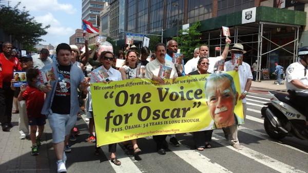 Los congresistas estadounidenses Nydia Velázquez (2-i), José Serrano (c), y Melissa Mark Viverito (3-i) participan en la manifestación para pedir al presidente de EE.UU., Barack Obama, la excarcelación del independentista puertorriqueño Óscar López Rivera, quien cumple 34 años de cárcel.
