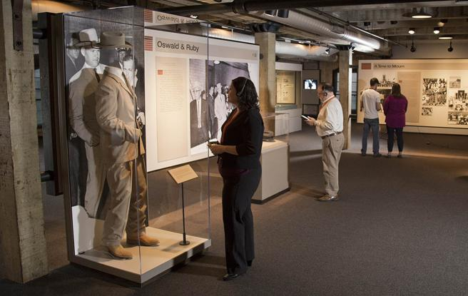 Galería del Museo Memorial de Dallas en la vitrina dedicada a Ruby y Oswald