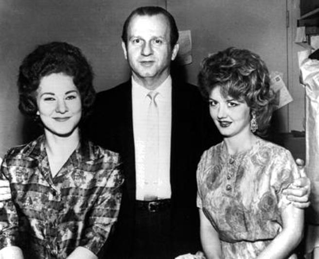 Jack Ruby con dos bailarinas de su club