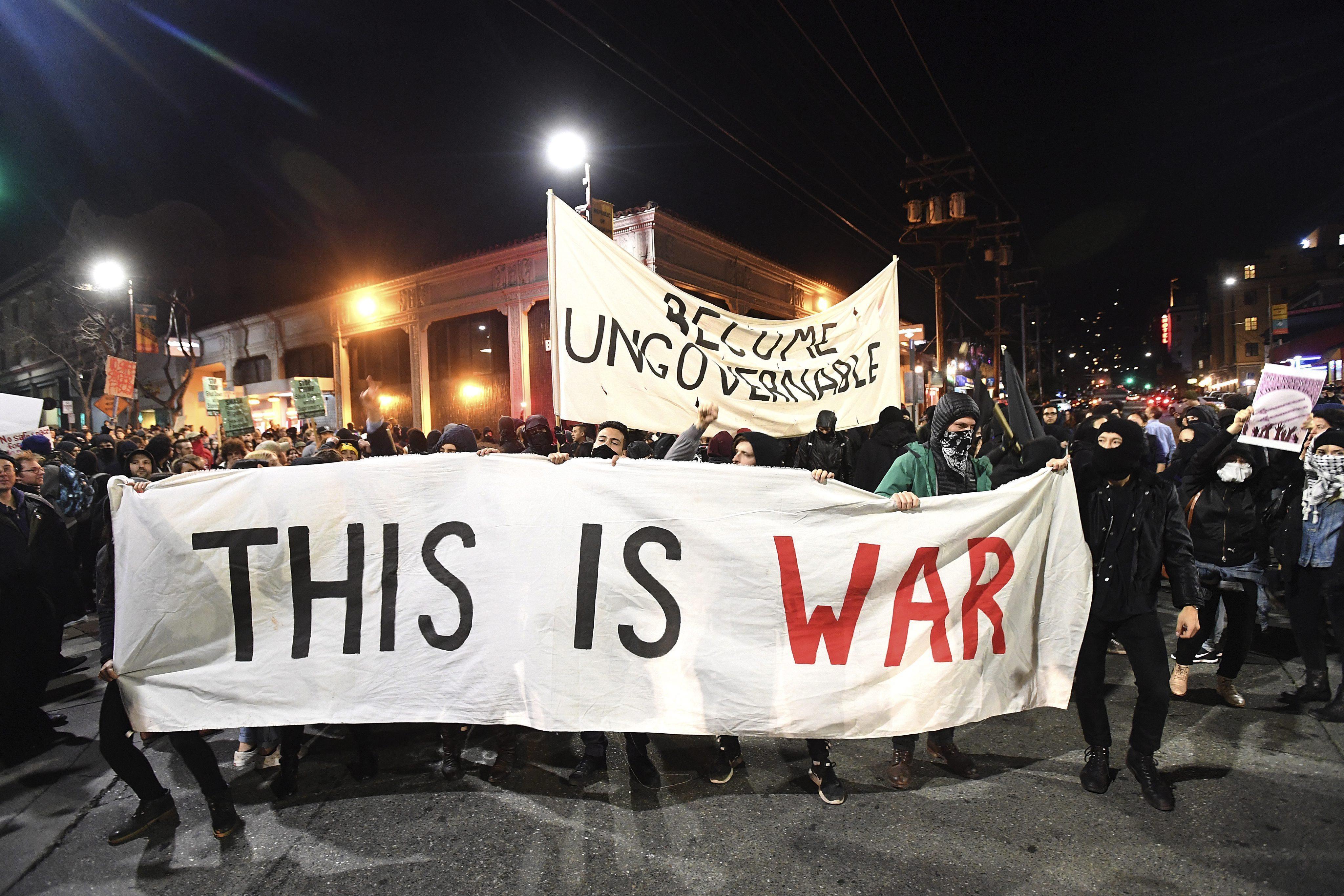 Una cartel en la manifestación en el que se puede leer 'Esto es la guerra'