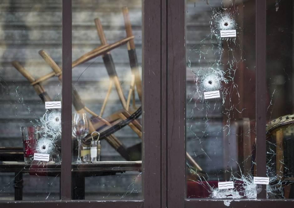 Agujeros de bala en el Café Bonne Biere en París en noviembre de 2015. (Efe)