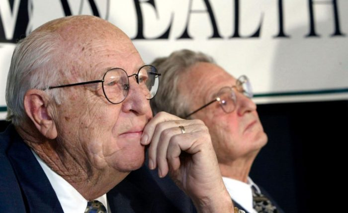 William H Gates, el padre de Bill Gates, y George Soros, en el Foro de Davos