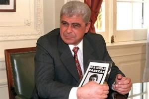 Yabrán, sindicado autor intelectual del crimen, con el folleto que pedía justicia por Cabezas.
