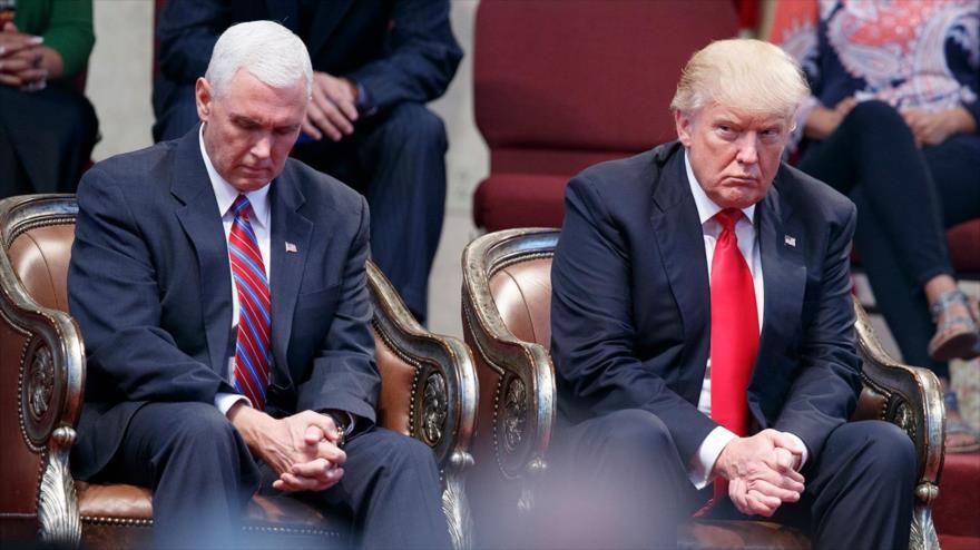 El entonces candidato a presidente de EE.UU., Donald Trump, y su candidato a vicepresidente, Mike Pence, se sientan juntos durante un evento en Cleveland, Ohio, 21 de septiembre de 2016.