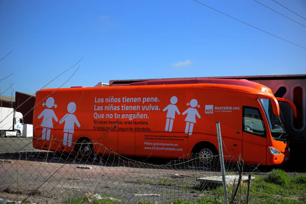 Autobús de HazteOir en el Parking de Arjona en la carretera Coslada Vicalvaro.