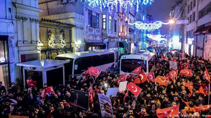 Türkei Demonstrant entfernt niederländische Flagge vom Istanbuler Konsulat (Getty Images/AFP/Y. Akgul)