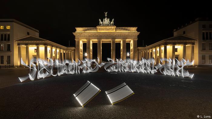Künstler - Said Dokins - Lichtgraffities vo Brandenburger Tor (L. Luna)