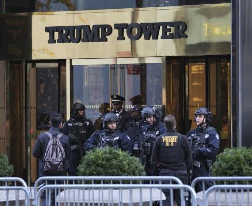 Miembros de las fuerzas de Seguridad en la Torre Trump