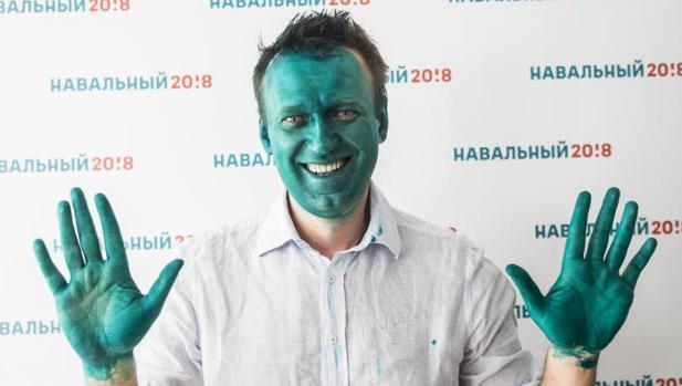 Alexei Navalni posa después de que un hombre le manchara con un antiséptico verde en la ciudad siberiana de Barnaul el pasado 20 de marzo