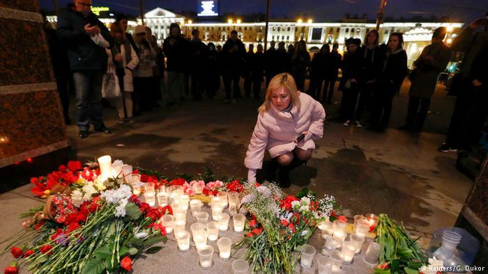 Russland Blumen und Kerzen am Anschlagsort in St. Petersburg (Reuters/G. Dukor)