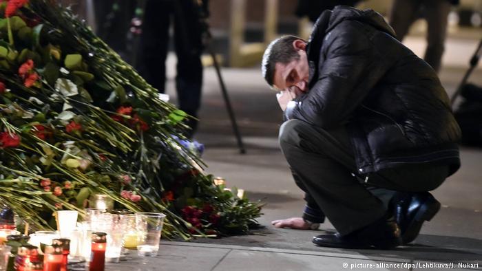 Russland Blumen und Kerzen am Anschlagsort in St. Petersburg (picture-alliance/dpa/Lehtikuva/J. Nukari)