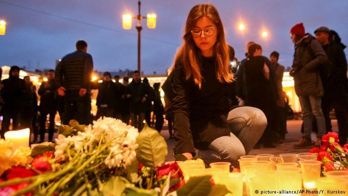 Russland Blumen und Kerzen am Anschlagsort in St. Petersburg (picture-alliance/AP Photo/Y. Kurskov)