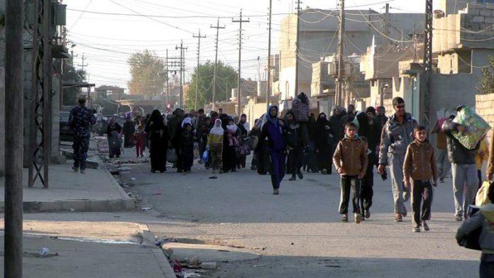 Cientos de personas, entre ellas varios niños, huyen de Mosul por temor a Estado Islámico