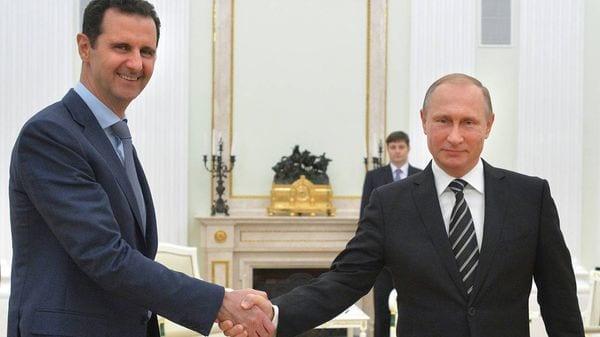 Bashar Al Assad estrecha la mano de su protector, Vladimir Putin (AP)