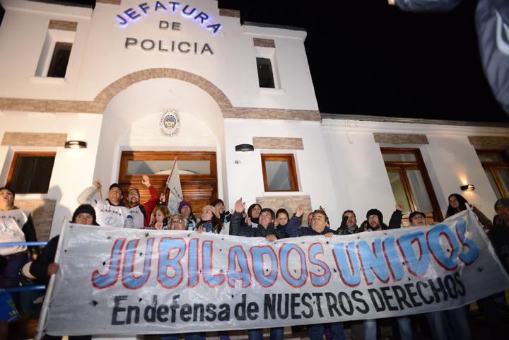 La gobernadora hizo una conferencia de prensa en defensa propia y quedó encerrada por la gente que se manifiesta en la calle