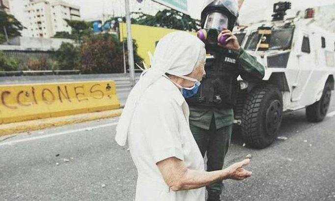 Sor Esperanza dialogando con los policías venezolanos durante la Marcha contra Maduro