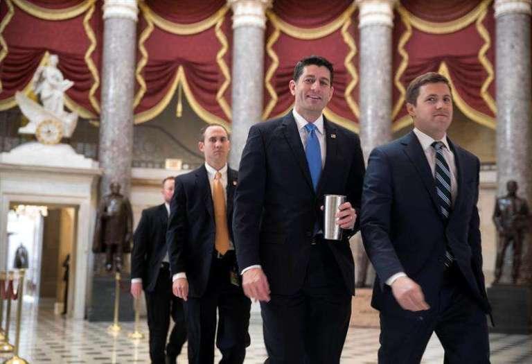 """Cámara de Representantes aprueba en segundo intento anulación de """"Obamacare"""""""
