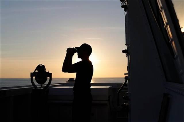 En esta foto del 22 de febrero de 2017, un marino de la Guardia Costera de Estados Unidos mira hacia el horizonte con sus binoculares en la cubierta del guardacostas Stratton, que navega por el océano Pacífico cerca de las costas de Centroamérica. La Guardia Costera estableció un récord en 2016, al decomisar más de 240 toneladas de cocaína. Sin embargo, ese mismo año se incrementó en un 18% la cantidad de tierra dedicada al cultivo de coca en Colombia, lo cual representa la mayor producción de coca desde que en 1999 el gobierno estadounidense comenzó a invertir miles de millones de dólares en una estrategia antinarcóticos conocida como Plan Colombia.