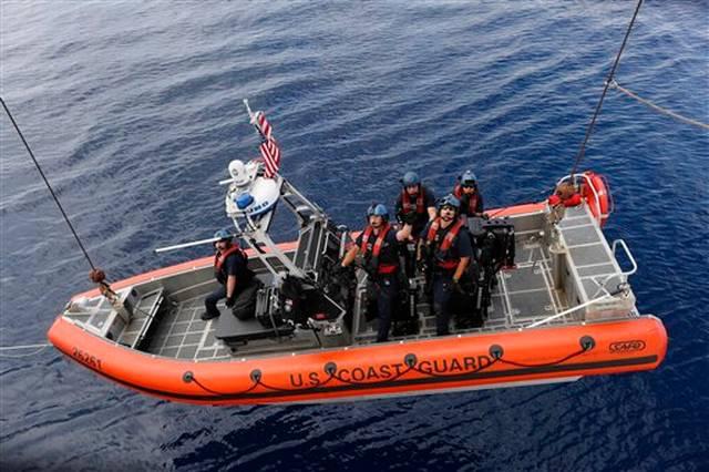 En esta foto del 23 de febrero de 2017, un equipo del patrullero Stratton de la Guardia Costera de Estados Unidos desciende en un bote del guardacostas Stratton después de ubicar un blanco en el océano Pacífico, a más de 500 millas al sur de la frontera entre Guatemala y El Salvador. Una de las principales misiones de la Guardia Costera es interceptar embarcaciones que transportan cocaína rumbo a Estados Unidos. Es una tarea monumental que se ha incremento debido a un aumento de la producción de cocaína en Colombia.