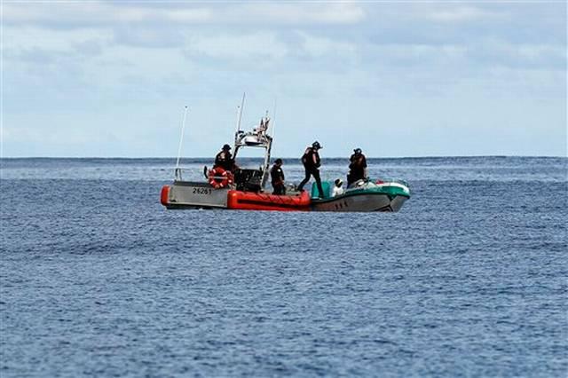 En esta foto del 23 de febrero de 2017, un equipo del patrullero Stratton de la Guardia Costera aborda un pequeño bote pesquero, en el que encontraron 700 kilos de cocaína pura en el océano Pacífico, a más de 500 millas al sur de la frontera entre Guatemala y El Salvador. A veces, los traficantes tiran su carga o intentan huir, con lo cual las autoridades hacen disparos de advertencia o tiran directo a los motores. En esta ocasión, los tripulantes del bote, algunos descalzos, no pusieron resistencia.