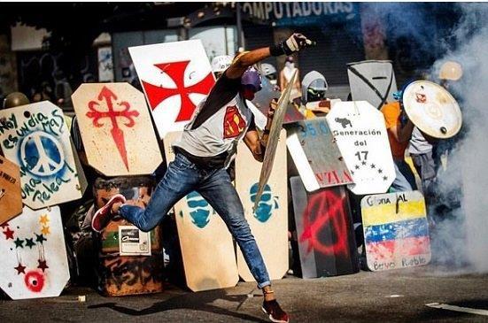 """Lágrimas de Guerra: La dramática batalla de los """"Espartanos Venezolanos"""" por la libertad (Impactante video)"""