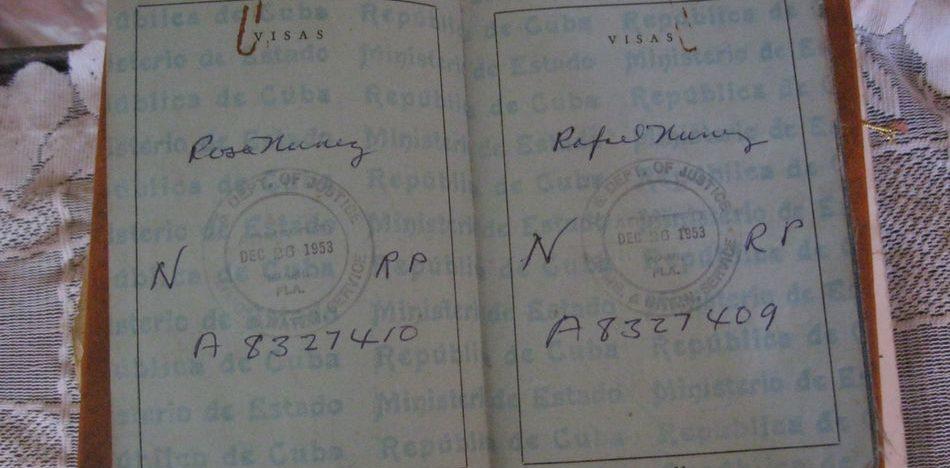 Rosa muestra su visa ya con el apellido de su esposo, Nuñez. (Nelson Chartrand)