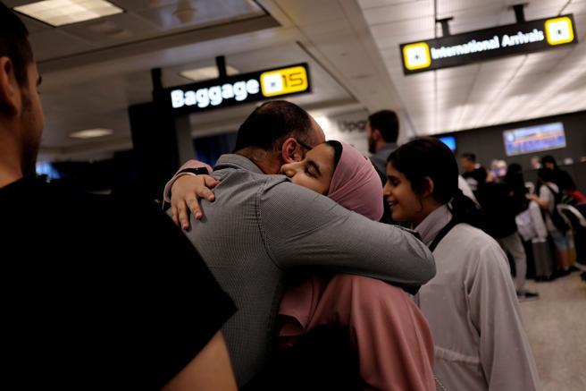 Una familia saudí se abraza al llegar a Washington