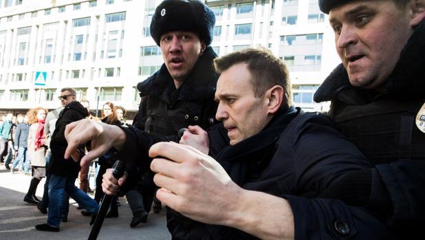 El líder de la oposición rusa Alexei Navalny, detenido por agentes de la policía rusa