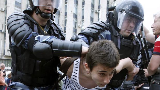 La Policía detiene a un manifestante durante una protesta en Rusia